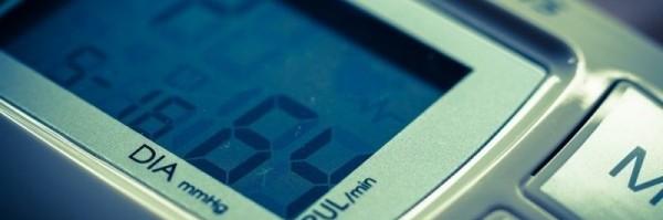 Nahaufnahme vom Display eines Blutdruckmessgeräts